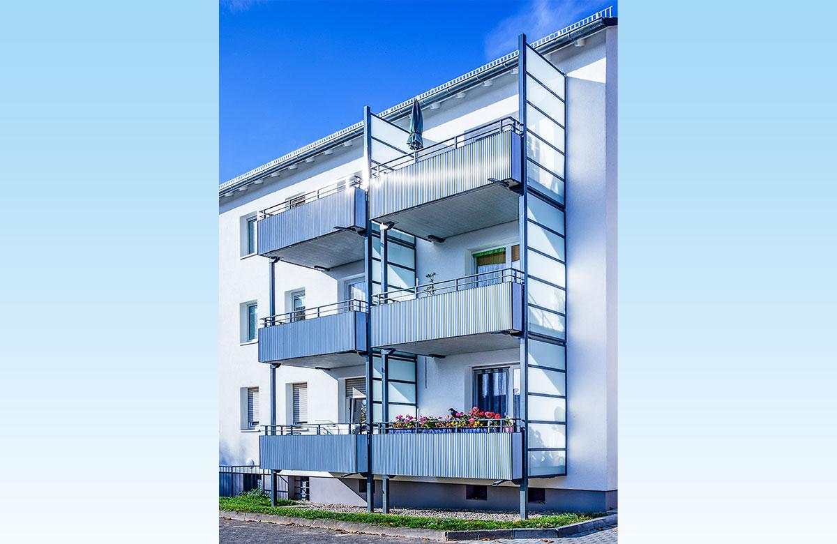 Stahlbalkone mit Betonplatten und Metall-Glas-Geländer