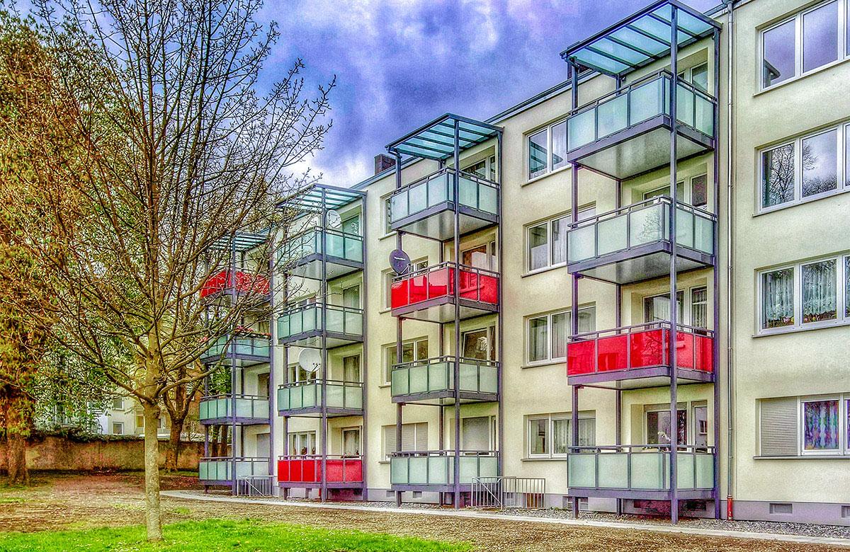 Alu-Werkstein-Balkone mit farbigem Glas