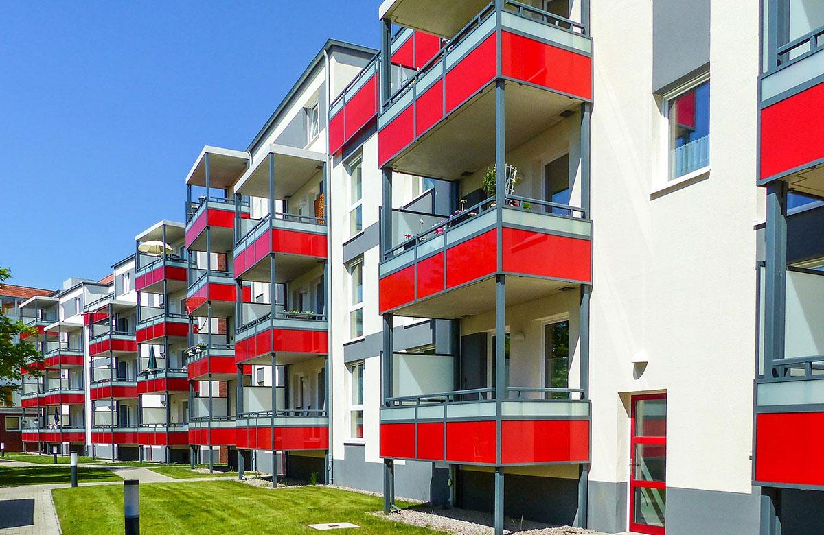 Alu + Beton Balkone mit farbigem Glas
