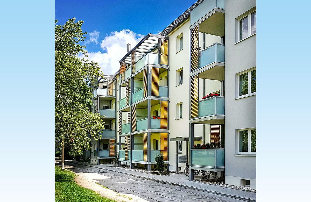 Balkone mit großflächiger Verglasung und Schiebeläden