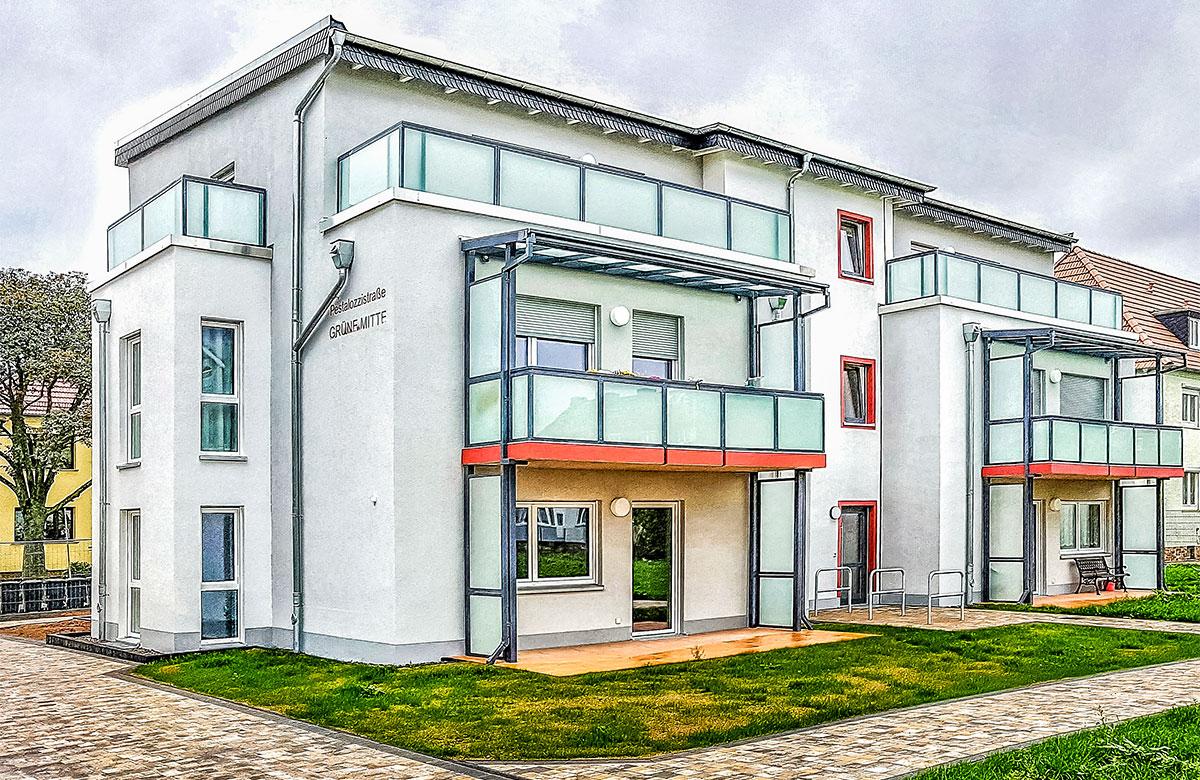 Balkone aus Alu + Beton + VSG – Betonplatte mit farbigem Anstrich