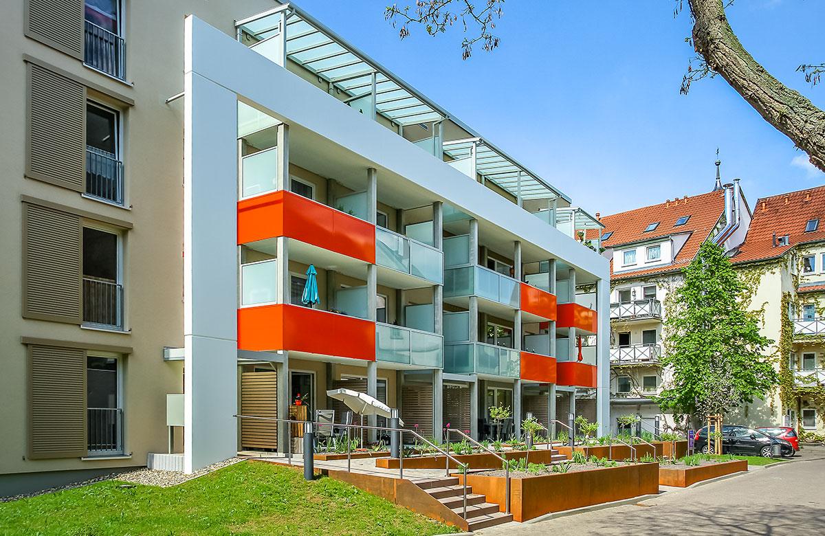Balkone mit Betonfertigteilstützen und Brüstungen aus Glas, Blech oder Beton
