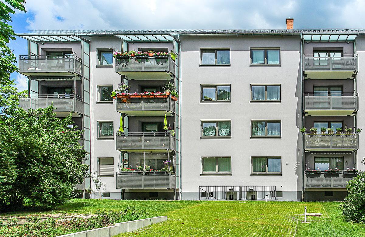 Stahlbalkone mit Betonplatte und farbigen Edelstahl-Lochblech