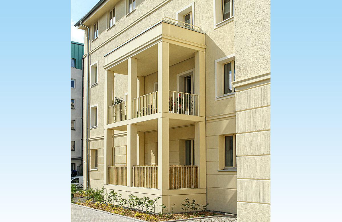 Balkone mit Betonstützen und filigranen Füllstabgeländern